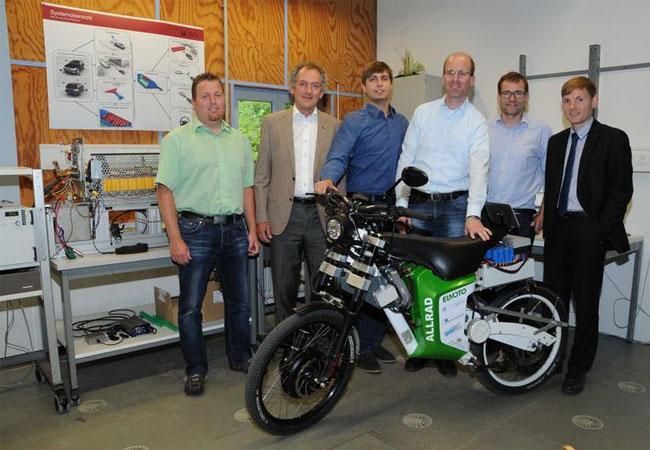 Freude über den erfolgreichen Projektabschluss bei Wissenschaftlern, Industriepartnern und Vertreter des Ministeriums / Foto: Elvira Eberhardt / Uni Ulm