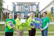 Pressefoto: Übergaben die 62.425 Unterschriften der Petition am Donnerstag in Berlin: Greenpeace-Energy-Vorstand Sönke Tangermann (2.v.r.) und Mitarbeiter. Foto: Tanja Schnitzler/Greenpeace Energy eG