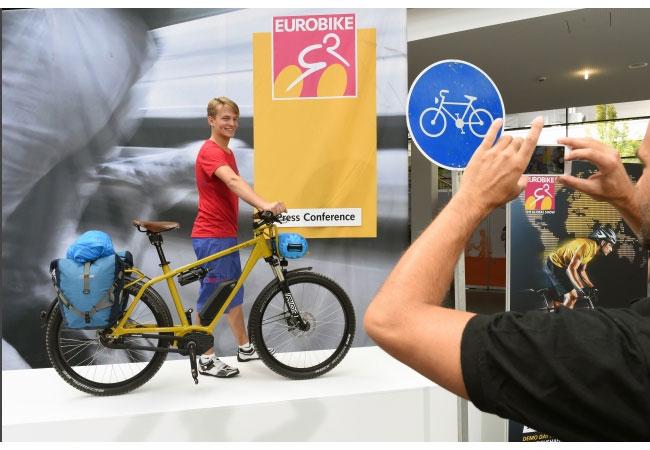 """EUROBIKE 2015 Riese und Müller """"Blue Label Charger GX rohloff"""": Das Blue Label Charger ist ein speziell für Reisen entwickeltes E-Bike. / Pressebild"""