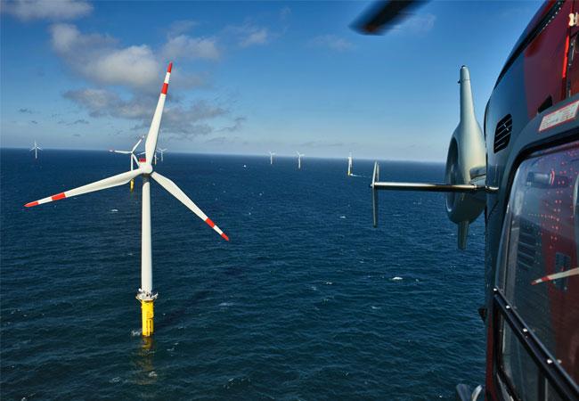 Blick aus dem Helikopter auf die erste Ausbaustufe, den Trianel Windpark Borkum West I. (Bild: Trianel / Jan Oelker)