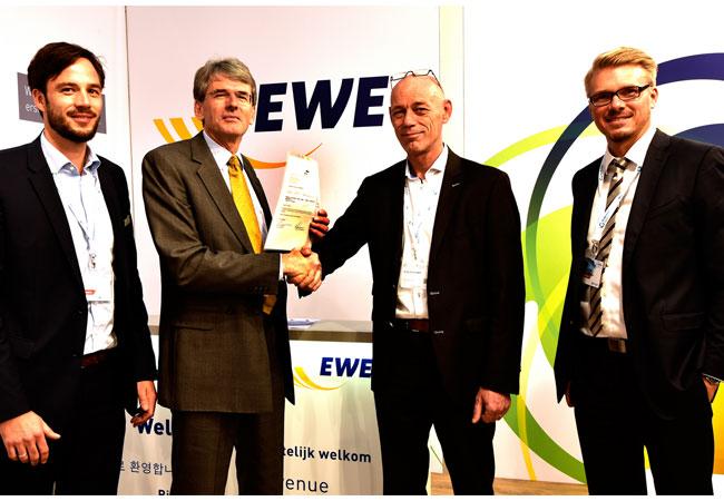 Haben eine langfristige Zusammenarbeit fixiert: Tobias Heyen (EWE Trading, Leiter Direktvermarktung), Dr. Michael Redanz (Vorsitzender der Geschäftsführung bei EWE Trading), Arjen Schampers (Geschäftsführer der Merkur Offshore GmbH) und der Merkur-contract manager Alexander Kruse (v. l. n. r.).) Haben eine langfristige Zusammenarbeit fixiert: Tobias Heyen (EWE Trading, Leiter Direktvermarktung), Dr. Michael Redanz (Vorsitzender der Geschäftsführung bei EWE Trading), Arjen Schampers (Geschäftsführer der Merkur Offshore GmbH) und der Merkur-contract manager Alexander Kruse (v.l.)