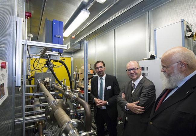 Staatssekretär Dr. Thomas Grünewald (Mitte), FH-Rektor Prof. Dr. Marcus Baumann (rechts) und Prof. Ulf Herrmann / FH Aachen / Arnd Gottschalk