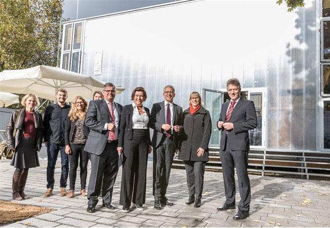 """Pressebild: DFH und TU Darmstadt eröffneten jetzt mit den Projektpartnern Nassauische Heimstätte/Wohnstadt und Studentenwerk Frankfurt am Main sowie Hessens Wirtschaftsminister Tarek Al-Wazir (Mitte) ihr gemeinsam entwickeltes Wohnkonzept """"CUBITY"""" neu in Frankfurt-Niederrad. Foto: DFH"""