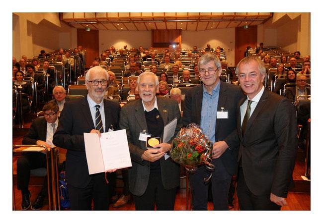 v.l.n.r.: BVG-Präsident Dr. Erwin Knapek, Patricius-Medaille-Preisträger Prof. Dr. Manfred Hochstein, Laudator Prof. Dr. Ernst Huenges (GFZ Potsdam), NRW-Umweltminister Johannes Remmel / Pressebild