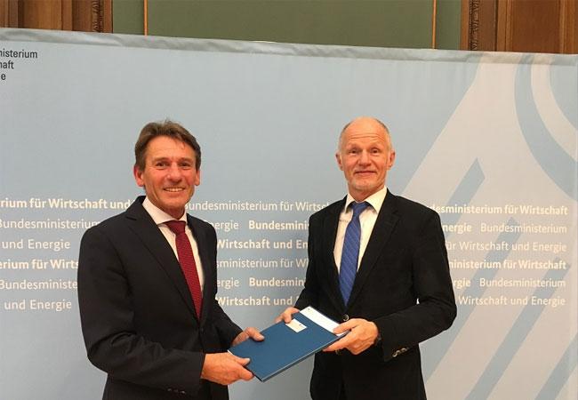 Prof. Dr. Werner Beba mit Staatssekretär Rainer Baake. Foto: Privat