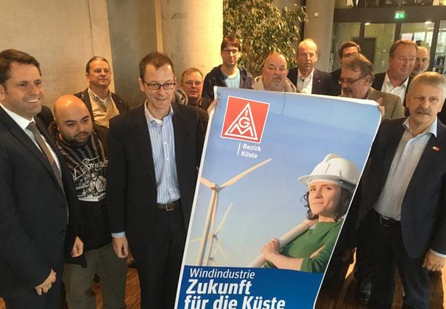 Pressebild: Niedersachsens Wirschaftsminister Olaf Lies, Bremens Wirtschaftssenator Martin Günthner, IG Metall-Bezirksleiter Meinhard Geiken und Betriebsräte machen sich in Bremerhaven gemeinsam für die Windindustrie stark.