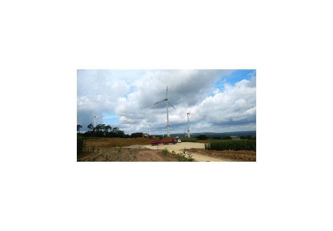 Für Ende Januar 2017 ist die Inbetriebnahme des Windparks Reitenberg geplant. Im Hintergrund zu sehen: Der bereits fertiggestellte Park Mihla I sowie Mihla II, bei dem gerade der Flügel gezogen wird.(Bildquelle: juwi)