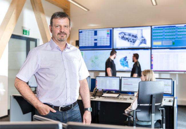 Das Herzstück der neuen Leitwarte: Die Videowall versorgt Mitarbeiter mit aktuellen Daten aus den betreuten Anlagen. / Pressebild