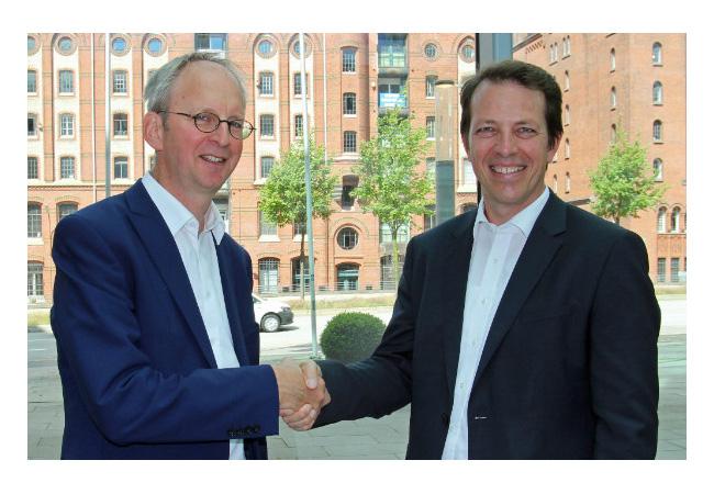 Jan Rispens (links), Geschäftsführer EEHH, und Dr. Andreas Schröter, Geschäftsführer DNV GL - Energy, besiegeln die Partnerschaft zur 14. HOW Konferenz. / Presseild