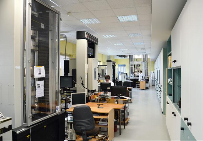 Bildunterschriften: Mechanische Testsysteme im Labor von Cetim zur Prüfung von Flugzeugkomponenten aus Verbundwerkstoffen. (Quelle der Bilder: Cetim/Proxima)
