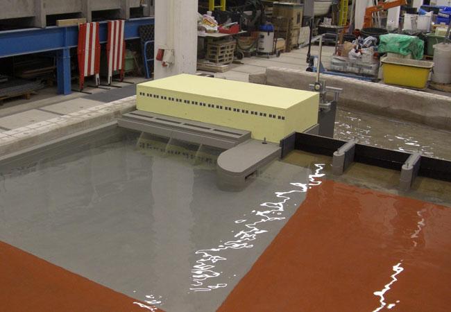 Bildunterschrift: Anströmung am physikalischen Modell des Kraftwerks Rheinfelden. Foto: Uni Kassel, Fachgebiet Wasserbau und Wasserwirtschaft