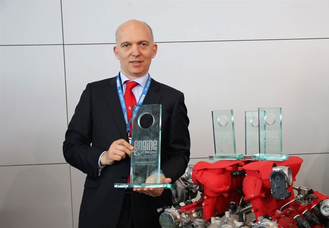 Vittorio Dini, head of powertrain at Ferrari collects the International Engine of the Year Award for the 3.9 litre biturbo V8 / Pressebild
