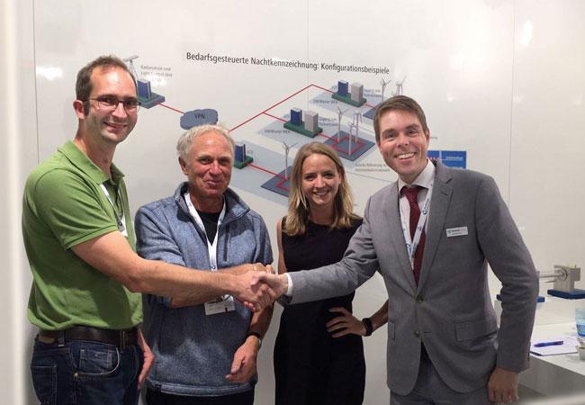 Bildunterschrift: Handschlag auf der diesjährigen WindEnergy, v.l.: Harm Truelsen und Wolfgang Paulsen, Geschäftsführer von »Licht ut« und Veronique Hensel sowie Alexander Gerdes, »Quantec Sensors«