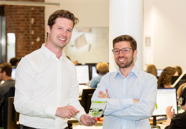 Jochen Schwill & Artur Lagodzinski Jochen Schwill (links), Gründer und Geschäftsführer von Next Kraftwerke, mit Artur Lagodzinski (rechts), Leiter des Warschauer Büros von Elektrownie Next, im Trading Floor des Virtuellen Kraftwerks Next Pool in Köln.