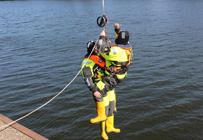 Reparatur-Einsätze müssen auf offener See in schwindelerregender Höhe und auf engstem Raum gelingen: Beim Offshore-Training auf der Eider übten die Techniker das Abseilen von einem über 150 Meter hohen Windkraftturm. Foto: PURE.