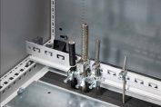 Die Rittal Kabelabfangschiene für EMV-Schirmbügel und Zugentlastung hilft die Komplexität des elektrotechnischen Innenausbaus von Schaltschränken deutlich zu reduzieren.