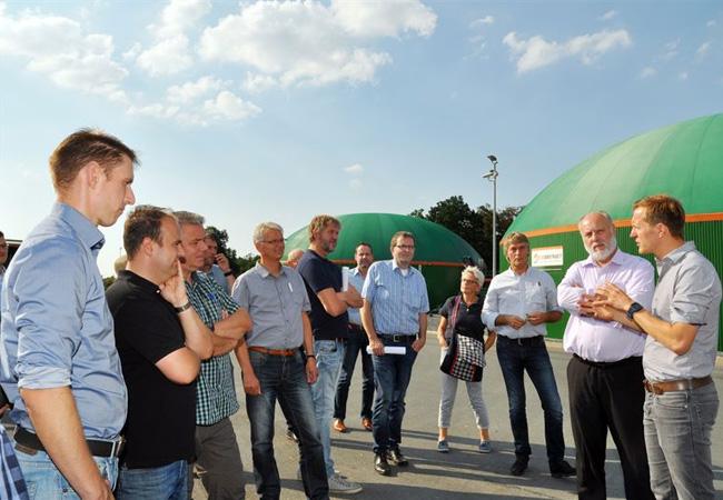 Rundgang mit BioConstruct Geschäftsführer Henrik Borgmeyer (r.) und dem Fachverband Biogas / Pressebild