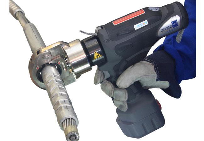 HOLGER CLASEN mit neuen Akku-Schneidwerkzeugen / Pressebild