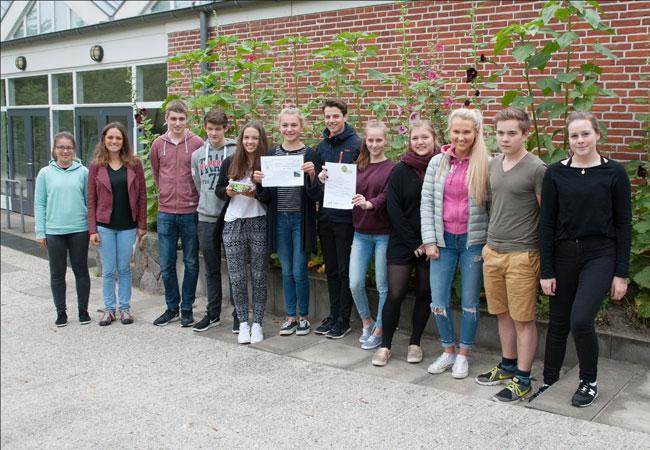 Bildunterschrift: Die beiden Organisatorinnen Ann Kathrin Wild und Helene Wahl (v.l.n.r.) überreichten einer 9. Klasse der Fridtjof-Nansen-Schule die Anerkennungsurkunde für die meisten geradelten Kilometer.