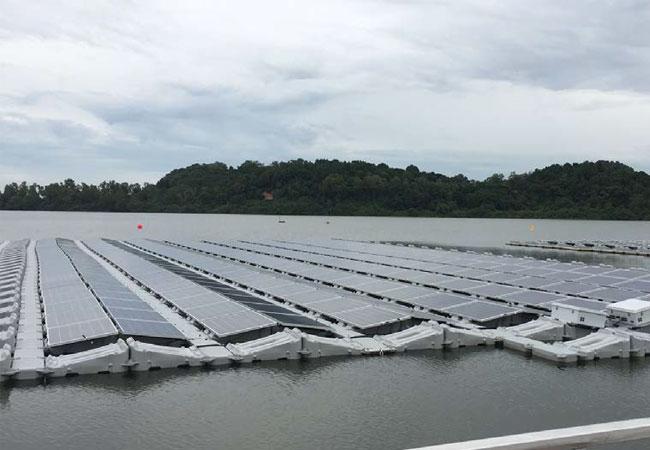 Bildunterschrift: Das Power-Floß von Phoenix Solar Singapur nimmt am Wettbewerb des Solar Energy Research Institute of Singapore (SERIS) teil.