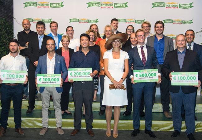 Gruppenfoto mit Königin Máxima, ehemaligen Gewinnern, Jurymitgliedern und Finalisten von 2016