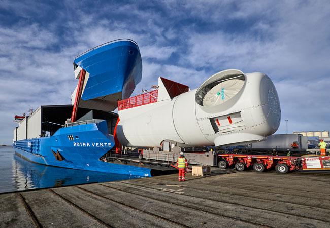 Das neue Transportschiff ist 141 Meter lang und kann mehrere Maschinenhäuser der 8-Megawatt-Anlagen aufnehmen. Zur Ro/Ro-Beladung lässt sich eine gewaltige Bugklappe öffnen. Ein Teleskopdach schützt die Windenergieanlagen vor Salzwasser. Für Kraneinsätze kann es aufgeschoben werden.