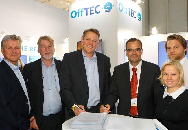 Die OffTEC-Geschäftsführer Klaus Loesmann (von links) und Andreas Rauschelbach und Marten Jensen bei der Vertragsunterschrift mit Markus Tacke, CEO der Siemens Wind Power and Renewables Division und Vertriebsfachleuten Dominic Voß und Eileen Jörs.