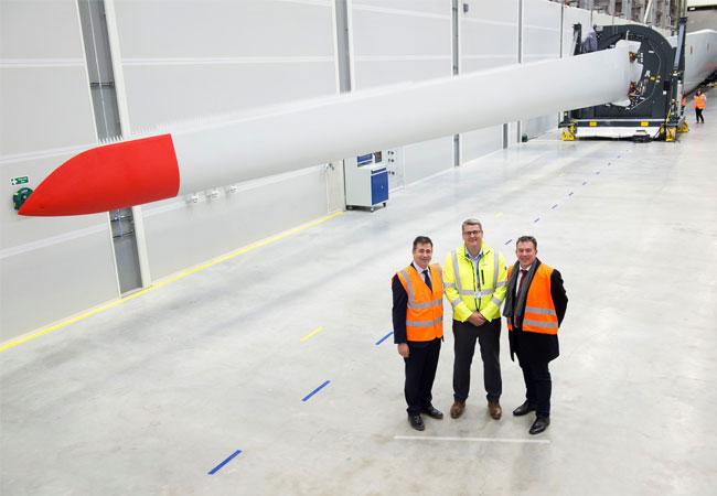 Jürgen Maier, Siemens CEO UK; Finbarr Dowling, Siemens Hull Projektleiter und Michael Hannibal, Siemens Global Offshore CEO vor dem ersten in Hull produzierten Rotorblatt mit einer Länge von 75 Metern. / Pressebild