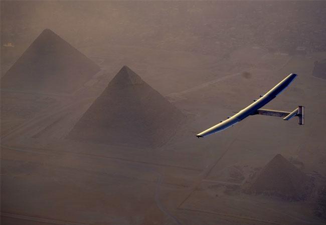 Solar Impulse 2 fliegt über die Pyramiden von Gizeh und landet in Kairo, Ägypten / Pressebild