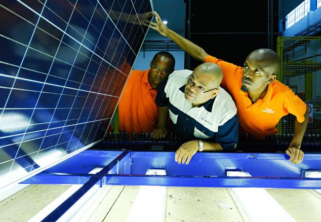 Bildunterschrift: Prüfung Solarmodule Südafrika / Pressebild: © 2016 TÜV Rheinland
