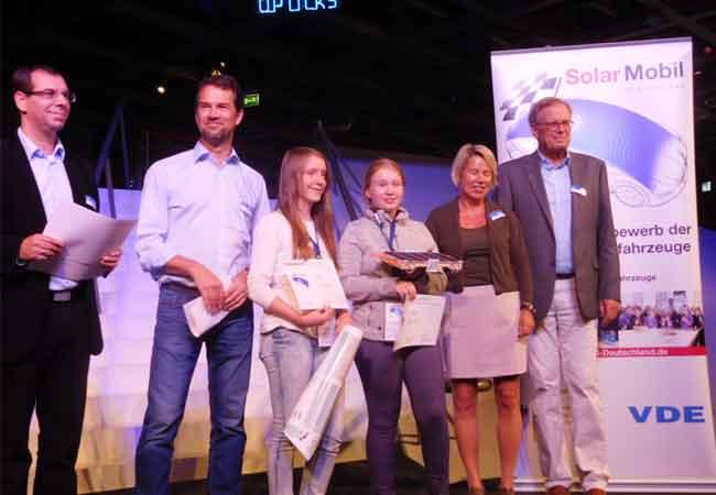 """Foto: Greta und Ellen mit """"Herby 4.0"""" nach dem erfolgreichen Finallauf in Wolfsburg"""