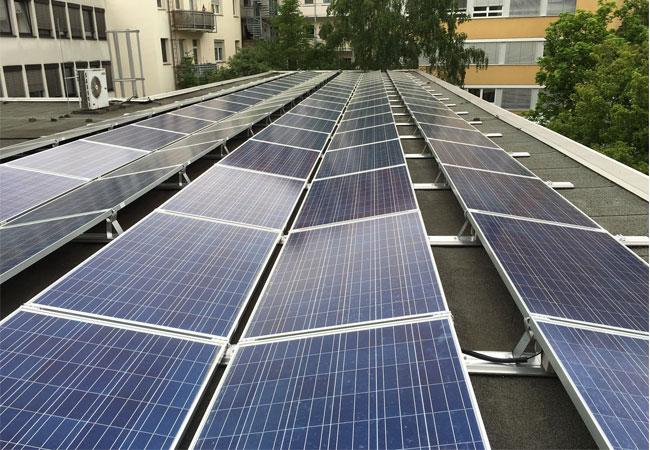Fertige Photovoltaikanlage auf einem der beiden Dächer / Pressebild: © 2016 iKratos Solar und Energietechnik GmbH
