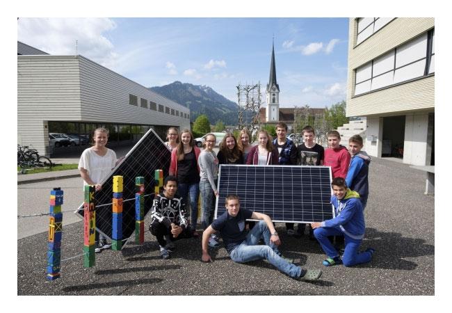 Posieren mit den Panels: Schülerinnen und Schüler des Schulhauses Moosmättili. (c) 2016 CKW / Pressebild
