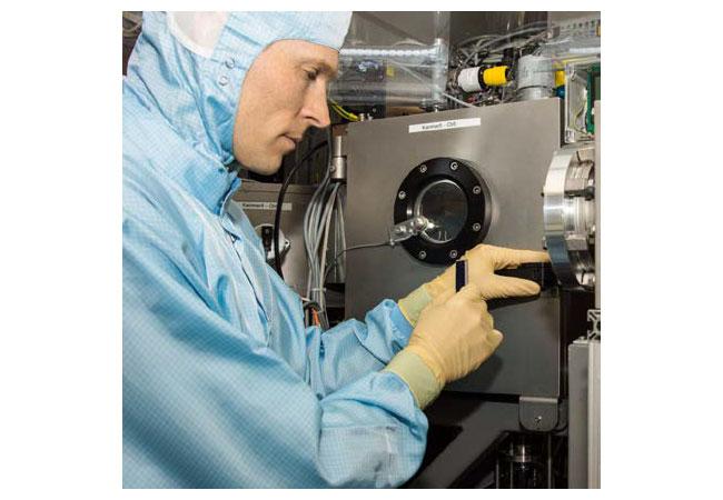 ZSW-Forscher im Labor mit Weltrekordsolarzelle. Foto: ZSW