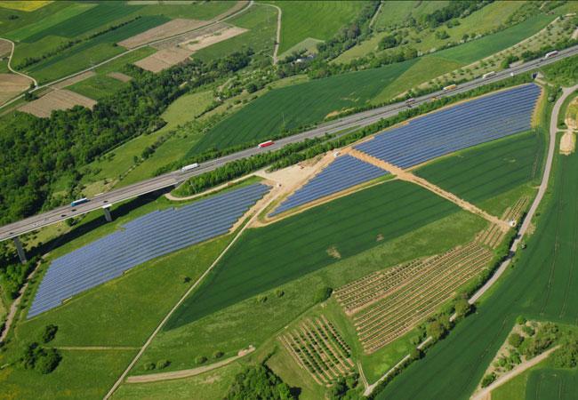 Bildunterschrift: Die WES Green GmbH hat von der Bürgerservice GmbH in Tier den Geschäftsbereich Photovoltaik übernommen. Unabhängig von neuen Geschäftsmodellen für Freilandanlagen wird die WES Green GmbH auch zukünftig Projekte gemäß den EEG-Kriterien umsetzen. Der Solarpark Langsur an der A 64 - mit 3,1 MWp - steht beispielhaft für das weitere Engagement der WES Green GmbH.