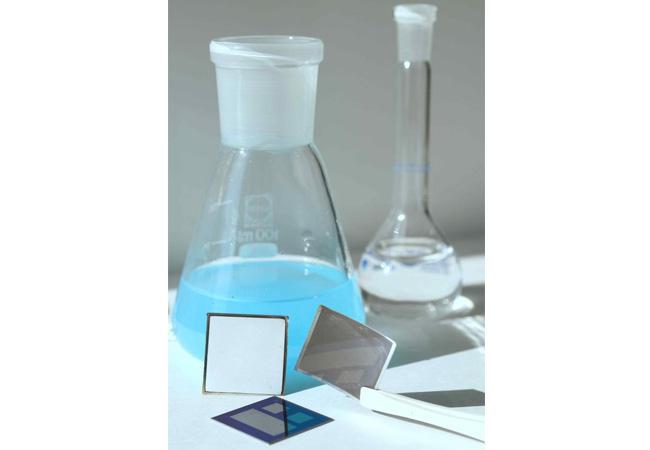 Bestandteile einer Tandemsolarzelle: Metallisches Vorprodukt (weiß) einer epitaxiefrei gewachsenen neuartigen Absorberschicht (grau) und eine Si-Basiszelle (blau gemustert). / Pressebild: ISFH/Brendemühl