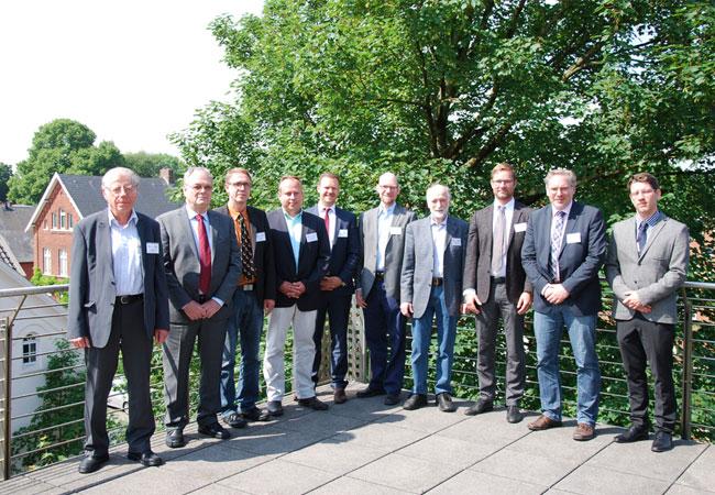 Pressebild: Prof. Dr. Michael Schlaak (von links, Hochschule Emden/Leer), Prof. Jens Froese (TUHH), Prof. Dr. Eric Mührel (Vizepräsident Hochschule Emden/Leer), Dr. Stephan Kotzur (Leiter HILOG), Klas Reimer (Hoppe Bordmesstechnik), Falko Fritz (SkySails), Peter Schenzle (Hamburg), Wilke Briese (Reederei Briese), Prof. Dr. Marcus Bentin (Dekan Fachbereich Seefahrt) und David Zastrau (Hochschule Emden/Leer).