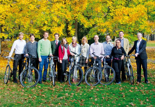 """Pressebild: Teilnehmer der Mitarbeiter-Aktion """"Banker on Bike"""" 2015."""
