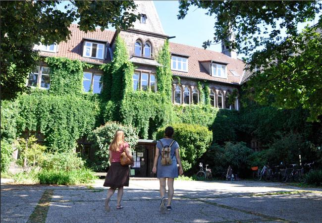 Bildunterschrift: Studium im Kloster: Der Fachbereich nutzt unter anderem ein ehemaliges Wilhelmitenkloster in Witzenhausen. Foto: Uni Kassel.