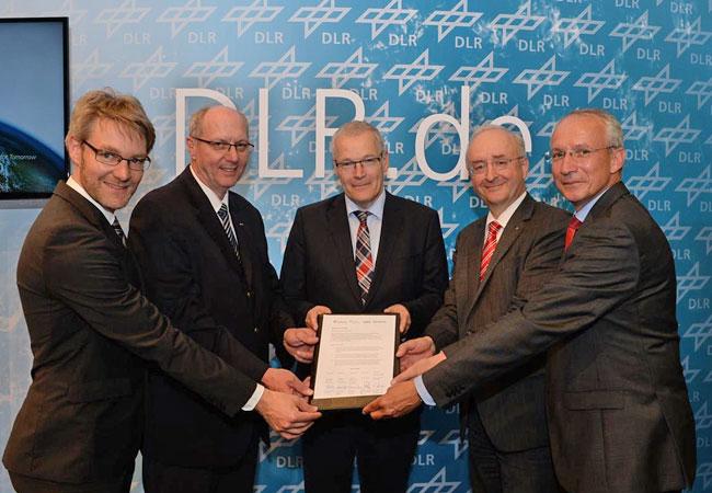Unterzeichnung der Zusammenarbeit / Pressebild: DLR