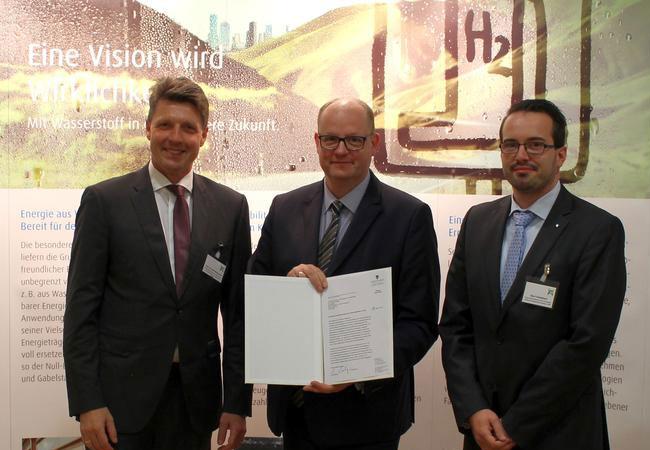 Minister Jörg Felgner (Mitte) übergab die Finanzierungszusage an Prof. Ralf B. Wehrspohn, Leiter des Fraunhofer IMWS (links), und Gerd Unkelbach, Leiter des Fraunhofer CBP. / © Fraunhofer IMWS