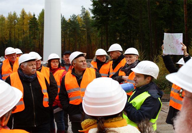 Bildinformation: Projektleiter Michael Haag berichtet von der Planung des Windparks.