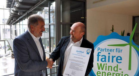Prof. Dr. Dieter Sell (Leiter ThEGA) verleiht das Siegel an Bernhard Krede, wpd Regionalleiter Projektentwicklung / Pressebild