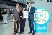 Frank Roman Leipe, Prokurist der ThEGA, und Ramona Notroff von der Servicestelle Windenergie der ThEGA, überreichen Patrick Soff, Leiter der Erfurter UKA-Niederlassung, das Siegel ((Quelle: UKA/Zeh))