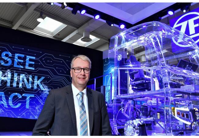 ZF-CEO Dr. Stefan Sommer Auf der IAA Nutzfahrzeuge hat ZF-CEO Dr. Stefan Sommer das Technologieportfolio von ZF erläutert, das den Weg zu maximaler Effizienz, zu mehr Sicherheit und zum autonomen Fahren bereitet.