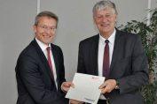 Rolf Sweekhorst E.ON Vorstandsmitglied Dr. Karsten Wildberger (links) und Rektor der RWTH Aachen, Professor Ernst Schmachtenberg, nach der Vertragsunterschrift.
